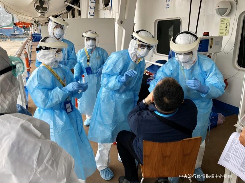 中央流行疫情指揮中心今天在寶瓶星號靠岸,檢疫人員登船檢驗。(指揮中心提供)