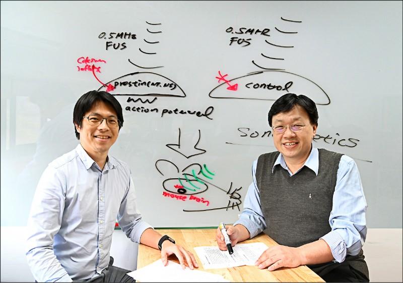 清華大學分子醫學研究所副教授林玉俊(左)與生醫工程與環境科學系教授葉秩光組跨領域研究團隊,成功治癒小鼠的帕金森氏症。(清大提供)