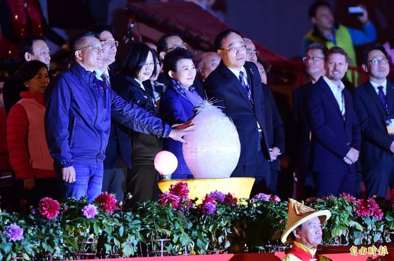 2020台灣燈會后開幕,總統蔡英文、台中市長盧秀燕等人一同點亮台灣燈會主燈「森生守護─光之樹」。(記者廖耀東攝)