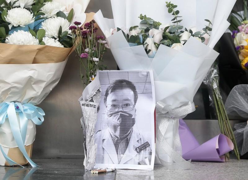中國醫師李文亮是武漢肺炎最初的吹哨者之一,但在揭發疫情時卻遭到公安訓誡,事後更因為感染新型冠狀病毒病逝。《CNN》對此分析,此事正說明中國共產黨的穩定遭受威脅時,個人是可以被拋棄的。(歐新社)