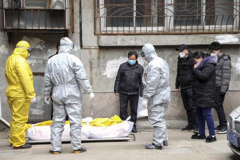 中國武漢肺炎疫情慘重,有媒體暗訪湖北省殯儀館,館內人員爆料,他們從春節前都沒有休息,忙到快要崩潰,「單日就接到127具遺體,每天最多可以焚燒316具」。(美聯社)