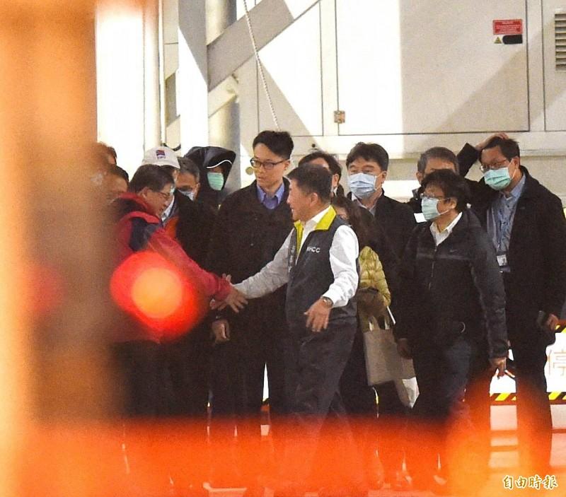 寶瓶星號郵輪檢疫工作完成後,衛福部長陳時中與工作人員握手致意。(記者方賓照攝)