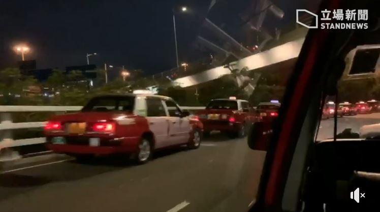 深圳口岸7日晚間10點28分前,已經出現大量計程車要將深圳人載入香港。(立場新聞提供)