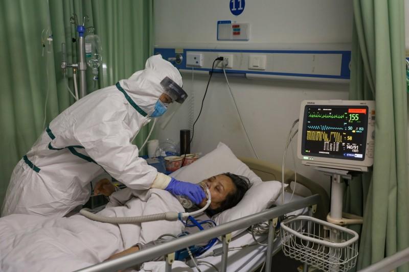 武漢肺炎疫情嚴峻,中國境內昨日新增86死,為疫情爆發以來單日最高死亡統計人數。圖為中國武漢的患者接受隔離治療情形。(歐新社)