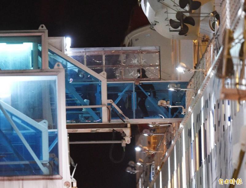 寶瓶星號郵輪的旅客,陸續走出旅客橋準備下船。(記者方賓照攝)