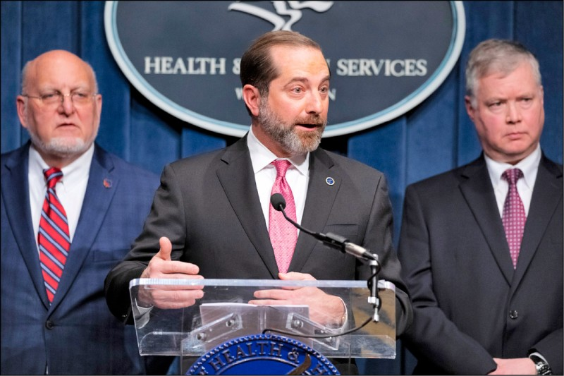 美國衛生及公共服務部長阿薩(中)與疾病管制暨預防中心主任芮斐德(左)、國務院副國務卿畢根(右)等美國抗疫小組成員,七日召開記者會,說明將撥款一億美元協助受疫情影響國家。(美聯社)