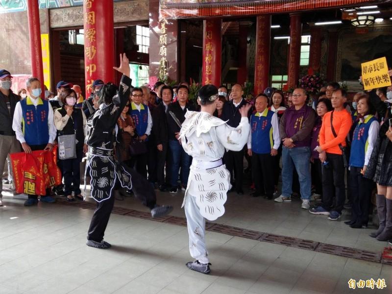 韓國瑜進廟參香祈福後,廟方還安排歌仔戲演出。(記者方志賢攝)