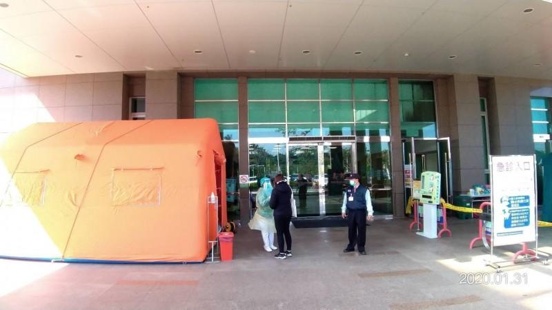 台南市立安南醫院醫護團隊在寒風中利用急診門口的戶外發燒篩檢站為病患及家屬進行篩檢。(記者王俊忠翻攝)