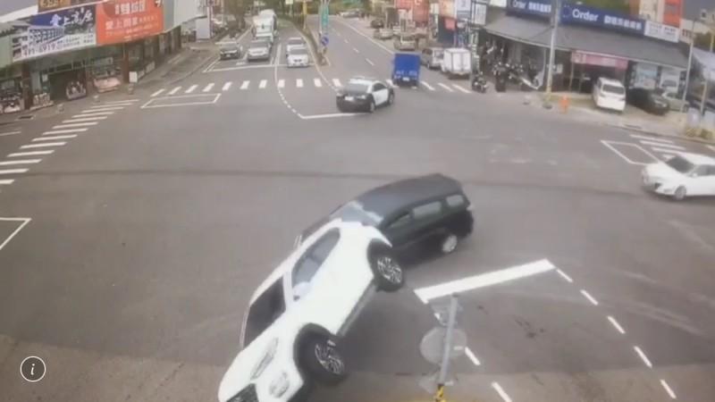 圖中休旅車未注意路口分隔島,騎上分隔島90度側翻。(記者李容萍翻攝)