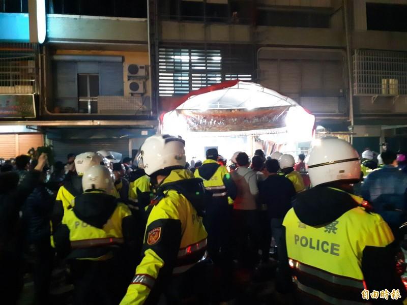 台東元宵遶境在漢陽北路發生陣頭間暴力衝突,警方出動快打部隊壓制。(記者黃明堂攝)