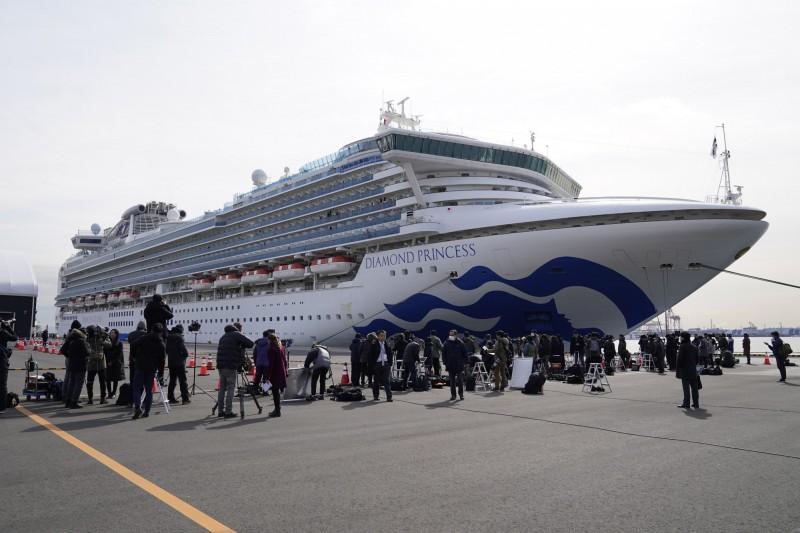 停靠在日本橫濱港接受隔離檢疫的鑽石公主號郵輪,今再度驗出6起武漢肺炎確診病例,目前船上已累計有70人感染。(彭博)