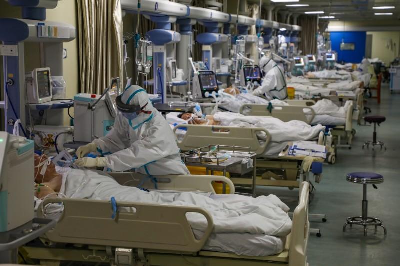 中國武漢女孩「小杭」的悲傷日記正在網路上流傳,這短短十多天內她的父母就疑似感染新型冠狀病毒而撒手人寰,而她自己最終也感染了武漢肺炎。圖為武漢一間醫院的加護病房。(歐新社)