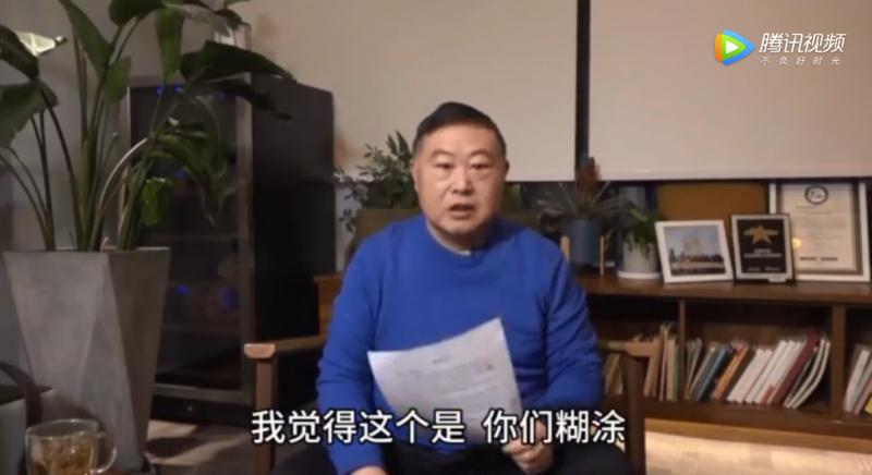 中國連鎖快餐店「老鄉雞」董事長束從軒(見圖)在影片中,當著鏡頭前撕掉員工自願「減薪」的請願信。(圖擷取騰訊視頻影片)