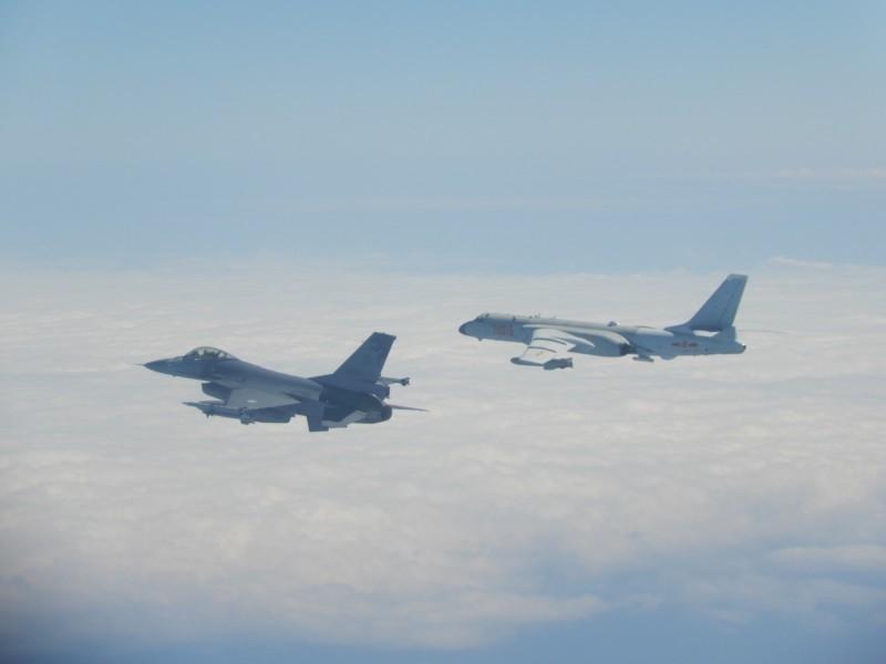 國防部今證實,今(9)日上午,中國殲11、空警500與4架轟6(見圖右)等型軍機繞台,11時許經巴士海峽進入西太平洋,再由宮古水道飛返原駐地;國軍F-16戰機(左)監控伴飛。(圖由國防部提供)