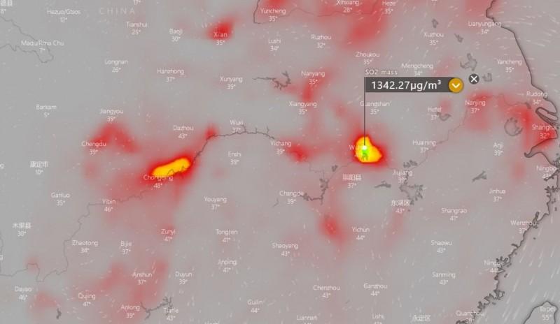 這張圖片中兩個發黃的「亮點」代表二氧化硫濃度特別高,右側範圍較大的是中國湖北省武漢市,左側是重慶市。(圖取自Windy)