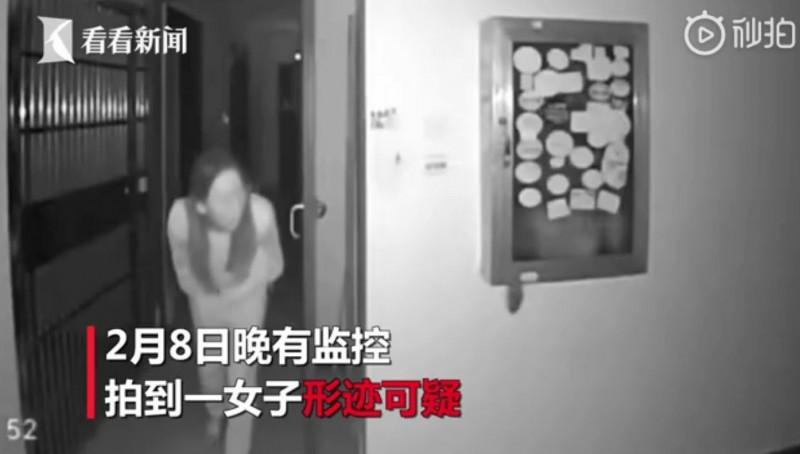 爆發疫情的武漢市昨(8日)晚卻驚傳有名女子疑似在一處「疫情嚴重」的社區向門把「吐口水」,住戶發現後,馬上報警處理。(圖擷取自微博)