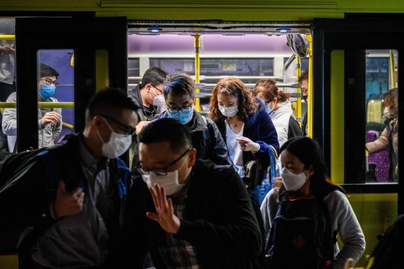 中國港澳辦調1700萬片口罩給香港,惹怒中國民眾。圖為2月6日晚間,中國大批民眾從深圳逃離進入香港。(法新社)