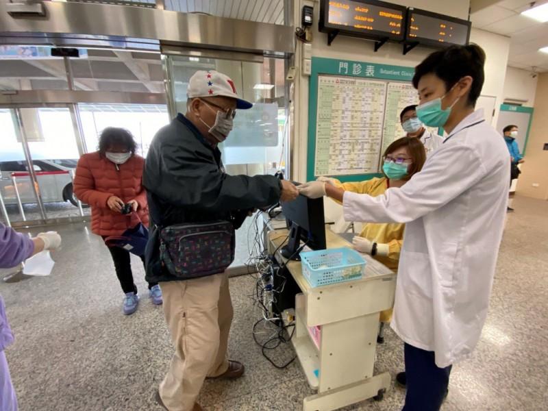 麻豆新樓醫院自2月3日起所有進入醫院民眾,不論病人、家屬甚至外送人員及廠商皆需要讀取健保卡,已經實行一週。(記者楊金城翻攝)