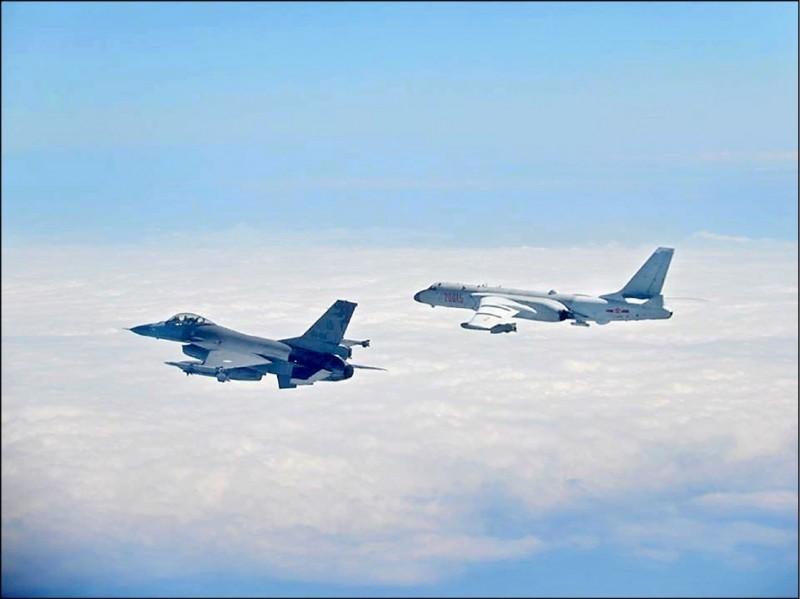 中共解放軍罕見連續兩天繞飛台灣,逕行軍事挑釁恫嚇。圖為我國空軍昨派F16(左)緊急升空全程緊貼共機監控。(資料照,國防部提供)