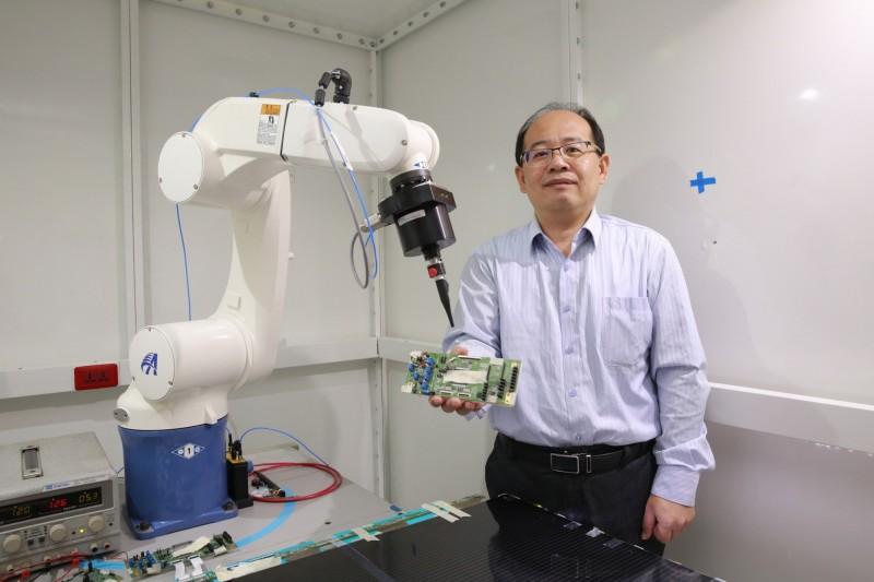 吳松茂以「近場量測系統」為架構,自主研發電子「抓漏」技術。(記者蔡清華翻攝)