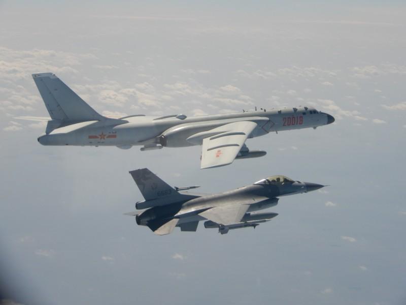 我國F16戰機(右)伴飛監控中國轟六轟炸機(左)。(國防部提供)