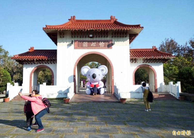 田尾公路花園地標怡心園將被拆除,近日已有不少民眾到牌樓拍照留念。(記者陳冠備攝)
