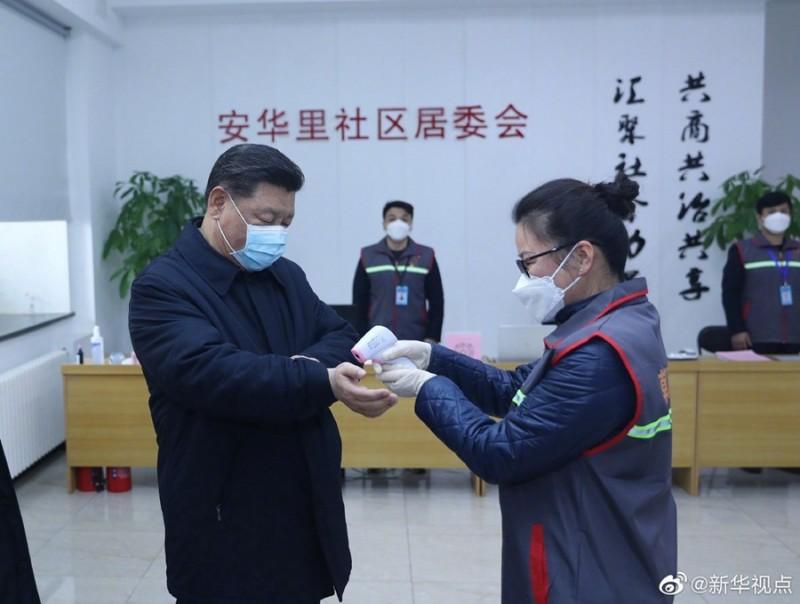 中國國家主席習近平首次戴上口罩巡視疫情,刻意選在北京企圖安撫民心,也澄清他為了躲避疫情已經離開北京的傳聞。(圖擷取自新華網)