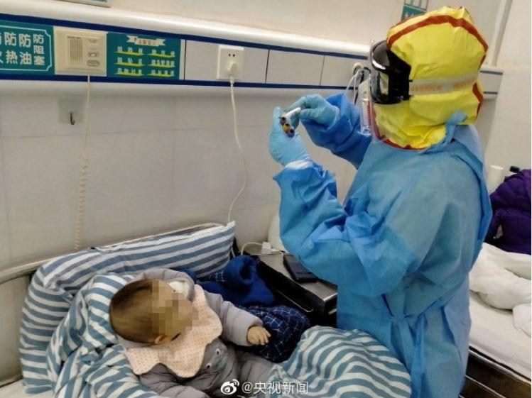 中國湖南省郴州市一名7個月大的嬰兒,自1月31日確診罹患武漢肺炎後,隨即在郴州第二人民醫院接受隔離治療,今(10)日已成功痊癒出院。(圖擷取自微博)