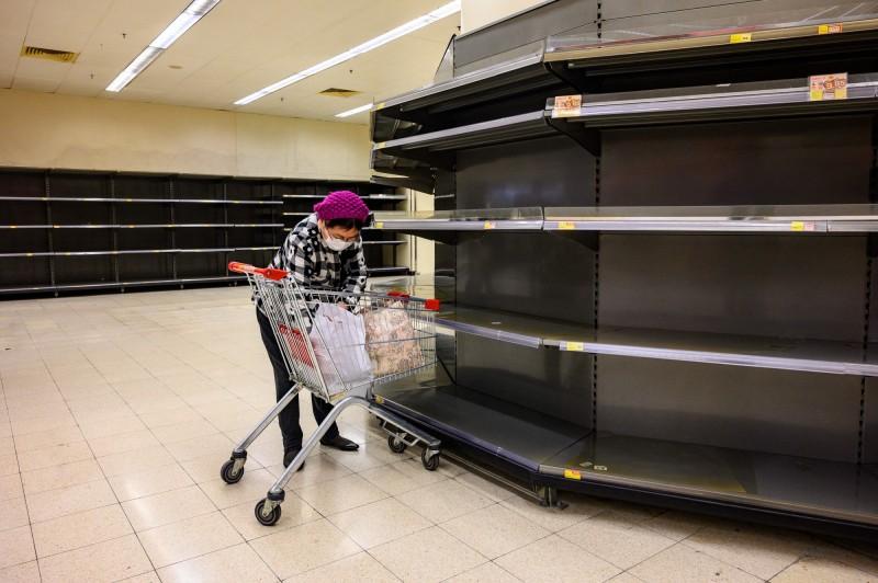 《彭博》專欄社論指出,港府在連月以來對港人抗爭的不當處理,以及近來對武漢疫情的處理不善,顯示了香港市民對港府執政的集體焦慮與強烈不信任感,也符合了「失能政府」的多數條件。圖為香港超市的貨品被掃光。(法新社)