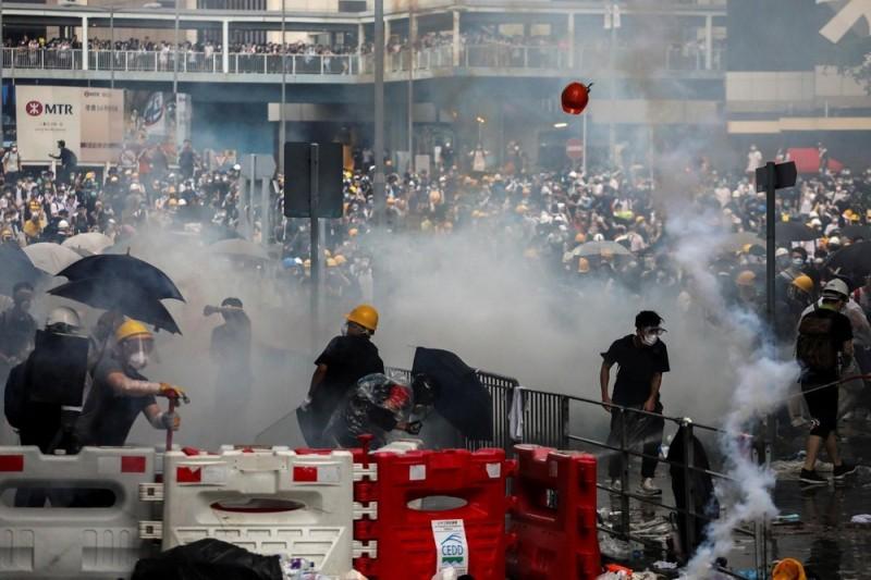 香港反送中行動自去年6月爆發,參與師生遍地開花,教育局至今收到147宗指教師違反專業操守的投訴。(路透)