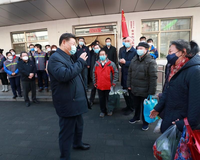 中國新華社發佈中國國家主席習近平(左)於2020年2月10日在北京安華里社區視察新型冠狀病毒肺炎預防和控制工作。(路透)
