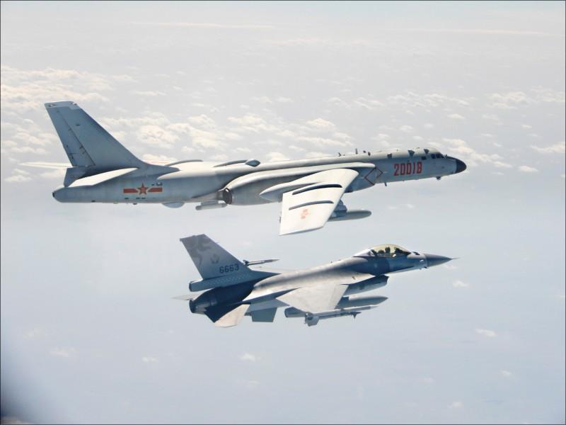 中國解放軍「轟六」轟炸機(上)擾台,我F16戰機(下)監控。(國防部提供)