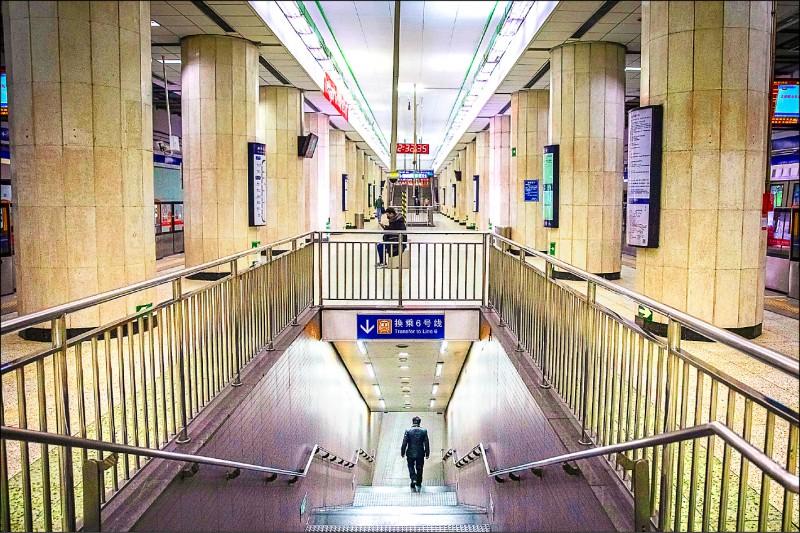 中國首都北京十日起對所有社區和村實施「封閉式管理」,嚴格限制人員進出。圖為空蕩蕩的地鐵站。(歐新社)