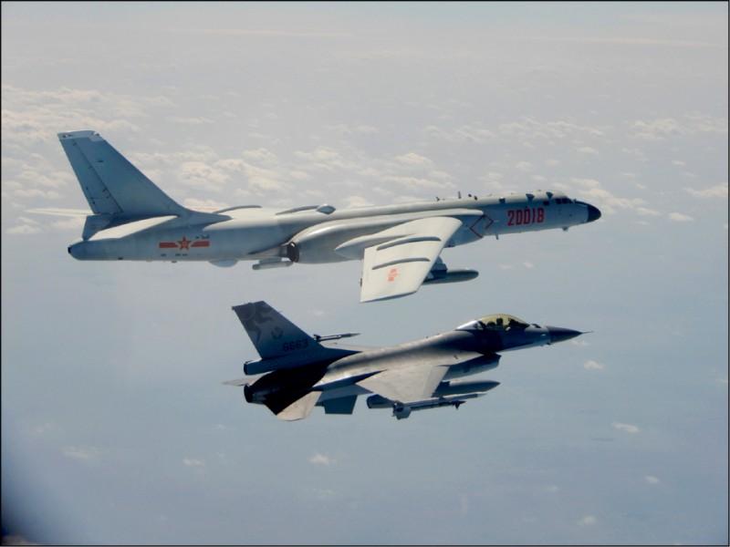 國防部昨公布我國F-16戰機(右)嚴密監控中共「轟六」轟炸機(左)的照片。(國防部提供)