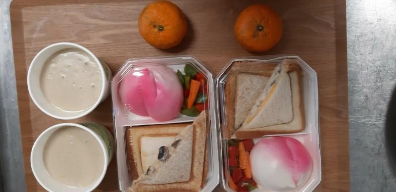新竹市玄奘大學免費提供在校內居家檢疫的港澳學生3餐居家檢疫餐食,符合美味營養和健康等需求。(記者洪美秀翻攝)