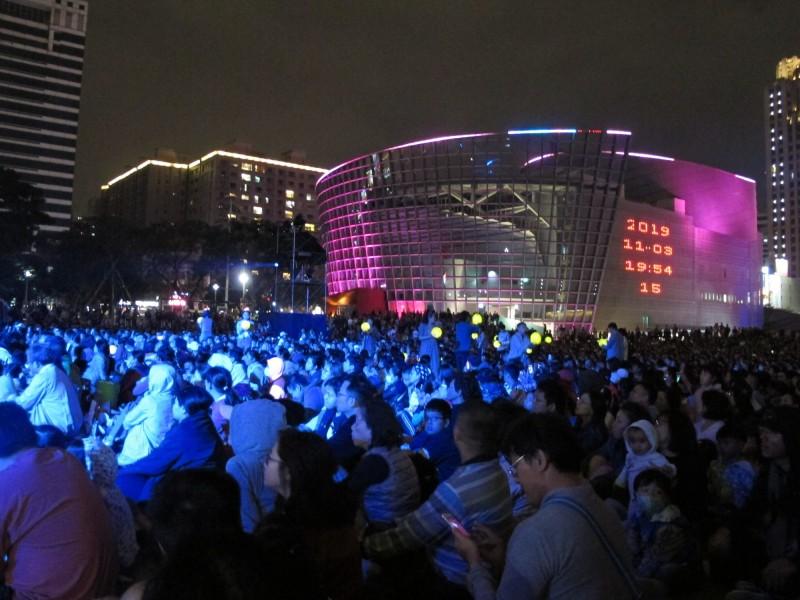 桃園展演中心以前每到晚間,建築牆面都會出現時間顯影,提醒民眾現在幾點幾分。(桃園市政府藝文設施管理中心提供)