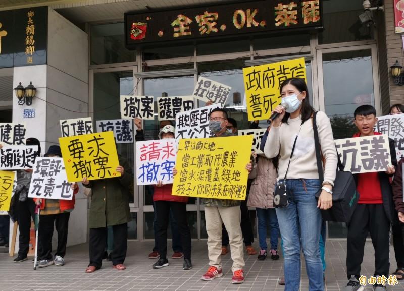彰化環保聯盟跟自救會成員到大村鄉公所舉牌抗議。(記者陳冠備攝)