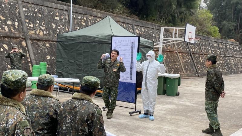 陸軍化生放核訓練中心派員至金門講授消毒作業教學,說明穿戴防護服、口罩、護目鏡、手套、鞋套。(圖由金門縣政府提供)