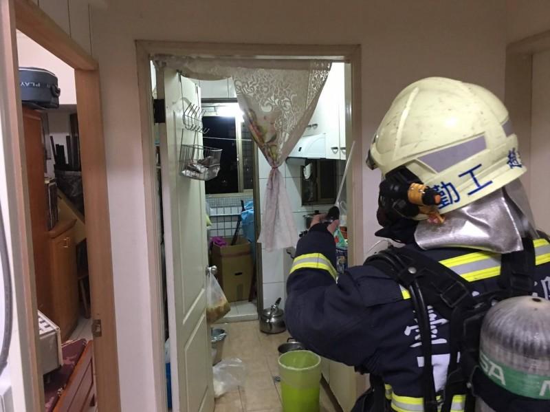 消防員發現熱水器設於陽台,但陽台卻加裝窗戶。(記者張瑞楨翻攝)