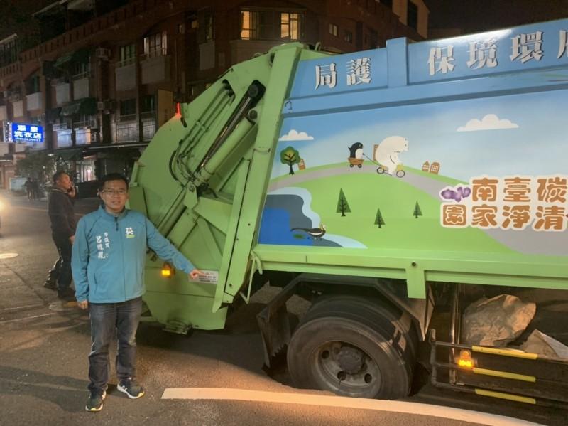 南市環保局一輛垃圾車行經南區德興路陷入疑遭淘空下陷的坑洞。(記者王俊忠翻攝)