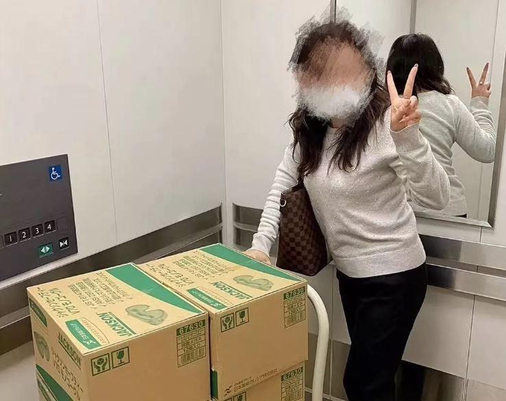 中國女醫療業務上網炫耀索取到的口罩及醫療用品,還說自己「數錢數到指甲磨掉」,事情曝光後讓中國網友相當憤怒。(圖擷自微信公眾號)