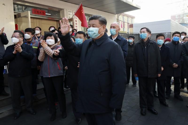 中國領導人習近平在隱身疫情前線多日後,終於2月10日現身北京防疫現場。(美聯)
