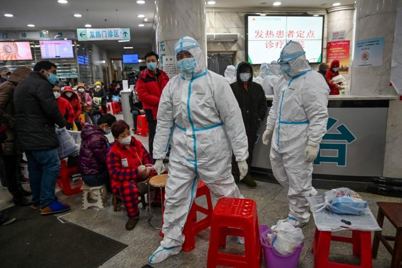 中國江蘇、浙江醫療隊馳援武漢時,竟遭湖北當局直接在機場劫走醫療物資和行李。武漢醫療人員示意圖。(法新社)