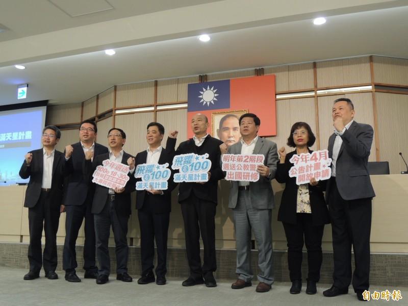 高雄市政府嚴正駁斥韓國瑜10點多才出門,舉今天為例,韓國瑜上午8點出門,到市府參與9點首長會議、10點市政會議,接著召開「滿天星計畫」記者會(見圖),3場都準時出席。