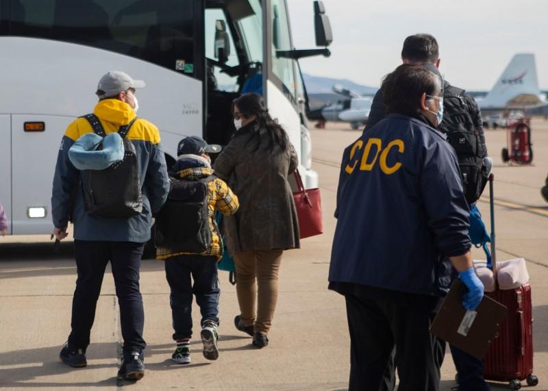 美國再增1例確診,患者搭乘撤僑專機5日抵達米拉瑪海軍陸戰隊航空基地。(美聯社)
