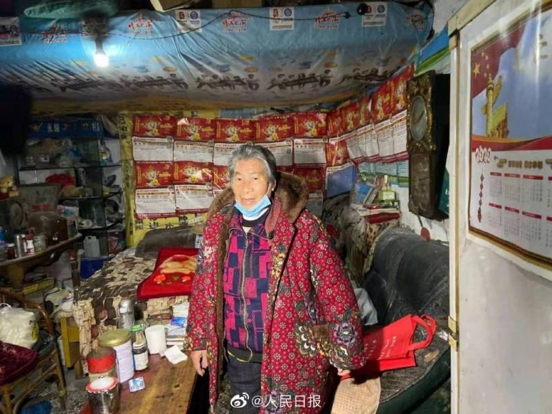 中國重慶87歲老人倪素英捐出畢生積蓄,但家中環境不佳。(翻攝微博)