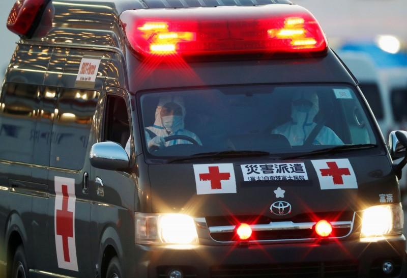 一輛救護車離開停泊在鑽石公主號遊輪的碼頭。(路透)