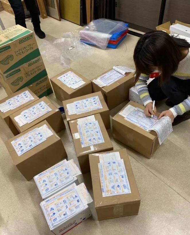 中國女醫療業務透過自己在網路經營累積的業務人脈向日本診所索取口罩,再轉手轉賣賺取災難財。(圖擷自微信公眾號)
