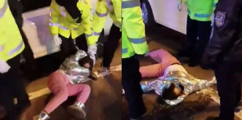 網路上1段影片顯示,據稱是中國黑龍江1名女性駕駛人,疑似因抵抗員警盤查,被當眾扭斷脖子。(圖取自推特)