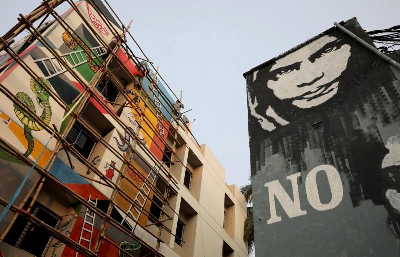 印度藝術家的彩繪作品,呼籲停止對女性的暴力行為。(歐新社)